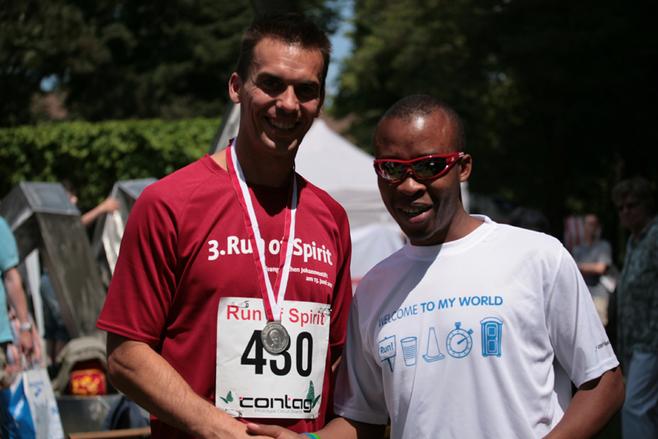 Henry Wanyoike z Arturem Kujawińskim, biegaczem z Poznania