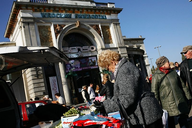 Co niedzielę w okolice dworca Świebodzkiego na zakupy przyjeżdżają prawdziwe tłumy
