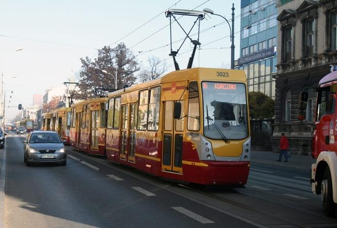 Zderzenie tramwaju z samochodem osobowym spowodowało zablokowanie torowiska na Piotrkowskiej 272 w obie strony.