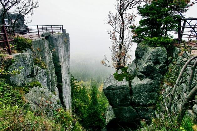 Ta góra jest jakby wyjęta z filmów o Dzikim Zachodzie. Niepowtarzalny szczyt mógłby być symbolem Dolnego Śląska