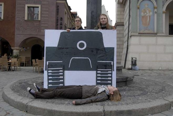 Czołg wykonany z kartonu przejechał symbolicznie 30 demonstrantów