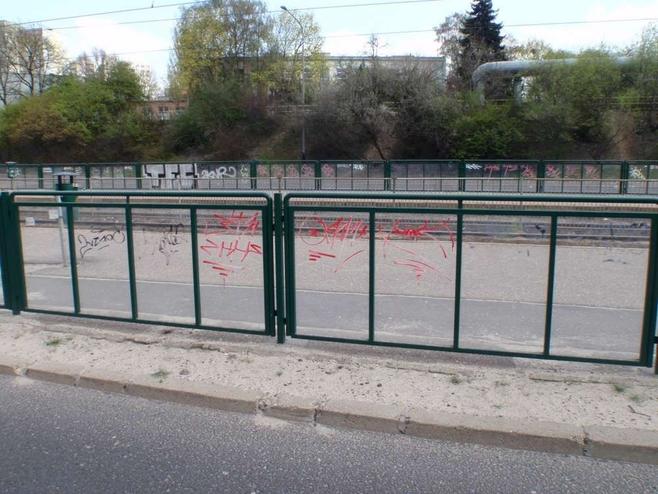 Poznań: Dzieci bazgrały na przystankach. Złapała je straż miejska [ZDJĘCIA]