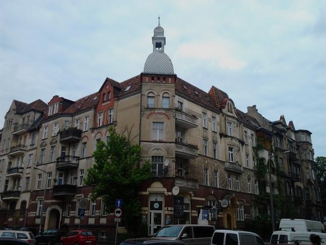 Budynek znajdujący się na skrzyżowaniu ulic Matejki i Skrytej zaprojektował dla siebie architekt Anton Künzel. Powstała ona w latach 1903-1904. Do dziś