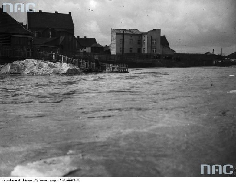 Mieszkańcy Krakowa umacniają brzegi chroniąc swoje domy przed wezbranymi wodami.<br /> http://audiovis.nac.gov.pl/obraz/98003/cfbe47804c54d9232169c2003327ddfa/