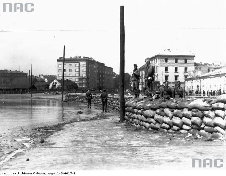 Żołnierze układają worki z ziemią na jednym z brzegów Wisły.<br /> http://audiovis.nac.gov.pl/obraz/95701/cfbe47804c54d9232169c2003327ddfa/