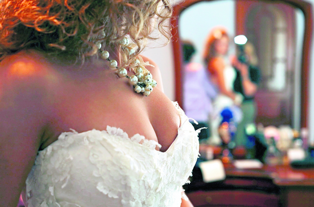 Noc poślubna najczęściej kręcona jest w hotelowym pokoju. Nowożeńcy przygotowują scenariusz i romantyczną scenerię.