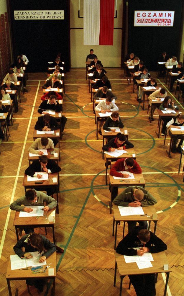 Testy gimnazjalne z matematyki uczniowie pisali od godziny 10.45 - przez 90 minut.