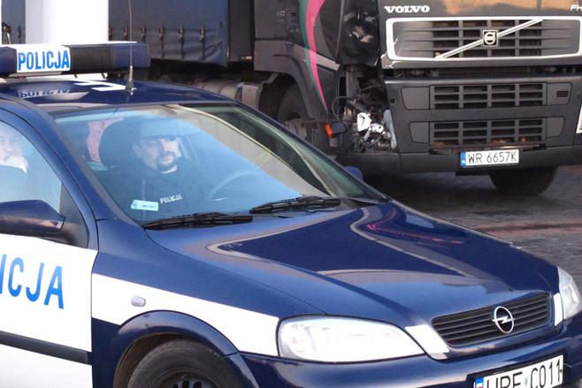 TIR potrącił człowieka i uciekł. Na stacji benzynowej obejrzał rozbitą kabinę i znów zaczął uciekać.