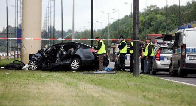 Al. Solidarności: VW Jetta uderzył w słup wiaduktu. Nie żyje pasażer