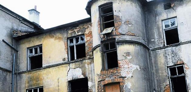 Od 2007 r. w kamienicy przy ul. Niecałej 3 wybuchło dziesięć pożarów. Miasto nie potrafi zadbać o piękny kiedyś budynek.
