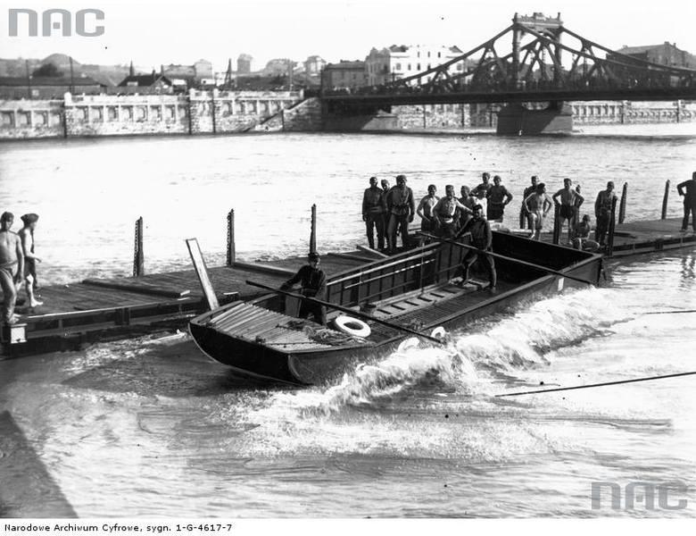 W okolicach Mostu Krakusa (obecnie Powstańców Śląskich) saperzy spuszczają z wagonów kolejowych ponton - sokół.<br /> http://audiovis.nac.gov.pl/obraz/95711/cfbe47804c54d9232169c2003327ddfa/
