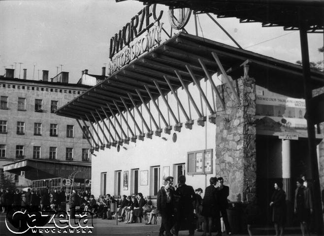 Wrocław 1970.Stary Dworzec Autobusowy PKS. Wejście do budynku.