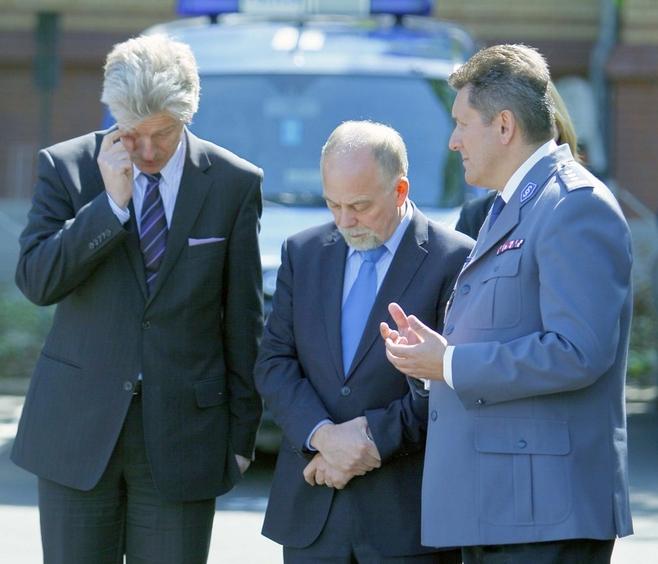 Ok, panowie - ustalmy, co mówimy... Od lewej: prezydent Poznania Ryszard Grobelny, wojewoda wielkopolski Piotr Florek i komendant wojewódzkiego policji