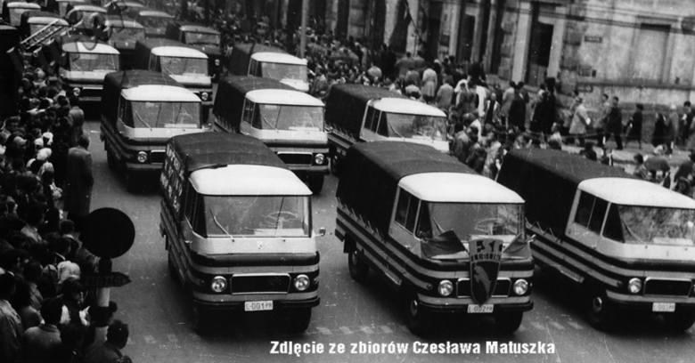Żuki w pochodzie pierwszomajowym na ulicach Lublina.
