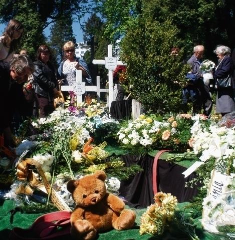 Każdego roku w rocznicę odnalezienia chłopca na cmentarzu w Cieszynie zbierają się tłumy mieszkańców