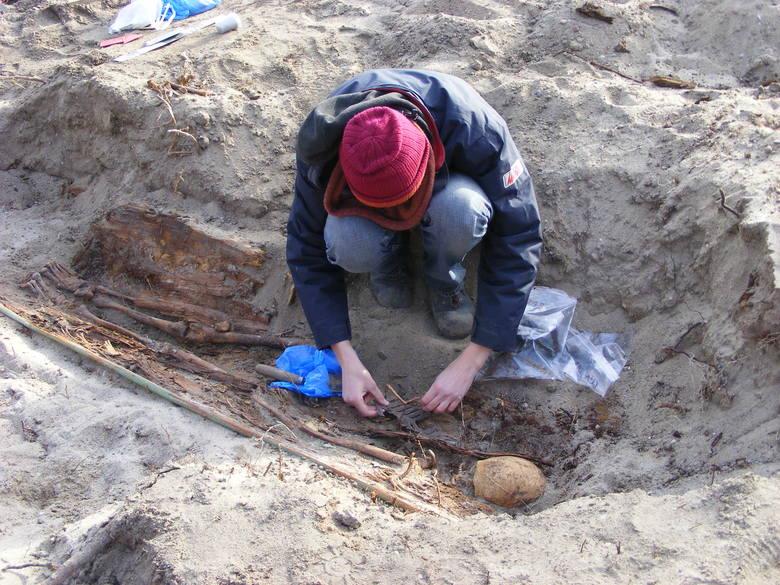 Archeolodzy w trakcie prac nad jedną z mogił