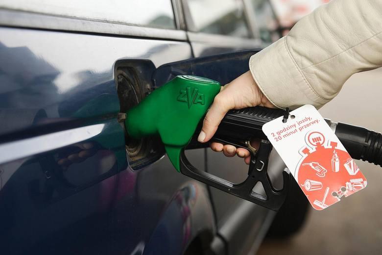 """Ale najbardziej złości, kiedy zapala się kontrolka """"tankowanie"""" i trzeba zjechać na stację benzynową. Dlaczego nie jesteśmy Arabią Saudyjską? Wtedy litr paliwa kosztowałby zaledwie kilkadziesiąt groszy...."""