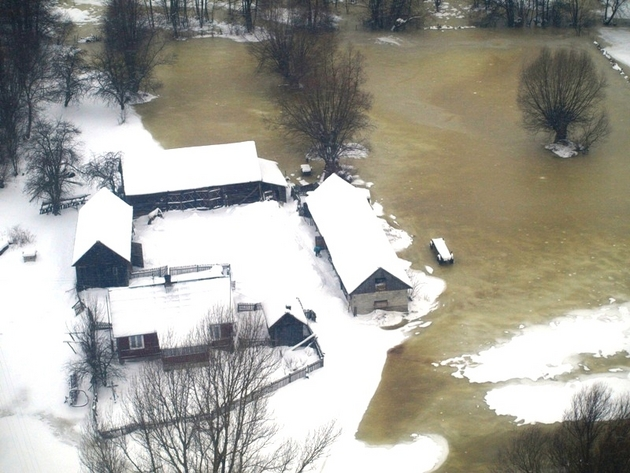 Widok na zalane gospodarstwa w Mościcach Dolnych i Nowosiółkach