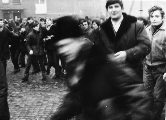 Zdjęcie z 17 grudnia 1970 r. na ulicy Czerwonych Kosynierów w Gdyni. Budynek w tle to prawdopodobnie ul. Morska 47, czoło pochodu z ciałem Zbigniewa