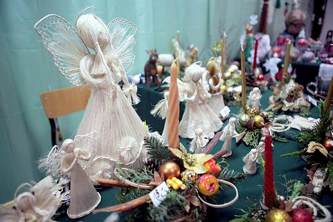 Stroiki świąteczne można wykonać  z gałązek drzew iglastych, leszczyny, świec, bombek, czy zasuszonych kwiatów.Nie wiesz jaki stroik świąteczny wybrać