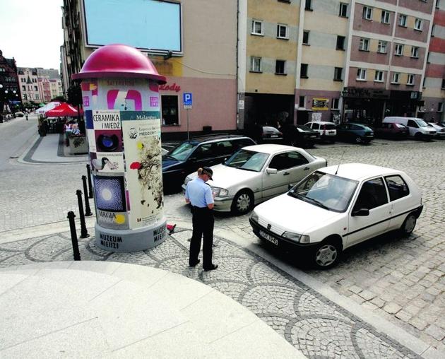 Wjazdu na Rynek pilnują strażnicy miejscy, którzy mają klucz do uchylnych słupków