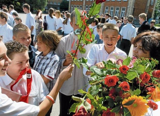 Kwiaty wręczane przez uczniów to najmniej krępujący wyraz wdzięczności