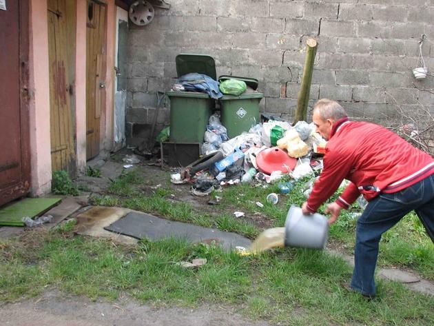 Adam Nowak wylewa wodę, bo kanalizacja w budynku nie działa