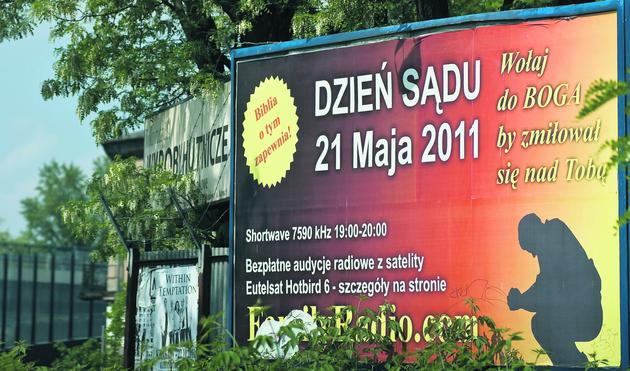 Plakaty na ulicach Krakowa napawają grozą i... reklamują rozgłośnię Family Radio