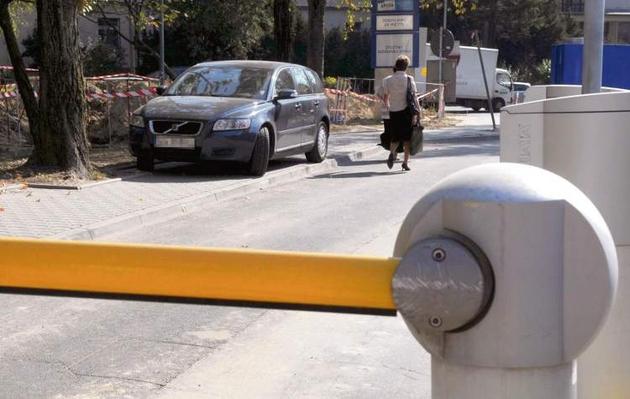 Z braku miejsca kierowcy parkują auta na chodnikach i tarasują przejście pieszym.