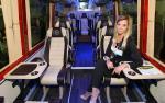 Wnętrze minibusa mercedesa przygotowanego przez firmę AutoCuby jest aranżowane zgodnie  z oczekiwaniami klienta. Skórzana tapicerka i bardzo wiele wygód to dla VIP-ów oczekiwany standard.
