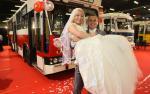 W podróż na wesele kultowym jelczem M11 produkowanym w Polsce do 1990 roku zachęcała młoda para.