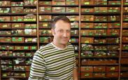 """Jeden z najstarszych prywatnych firm w Kielcach to sklep z artykułami metalowymi i elektrycznymi dla domu """"Kozubek"""" przy kieleckim Rynku. - Solidną i fachową obsługę gwarantujemy klientom od 1946 roku – mówi sprzedawca Marcin Kruzel."""