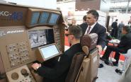 Symulator tankowania samolotu w powietrzu na stoisku Boeinga cieszył się dużym zainteresowaniem.