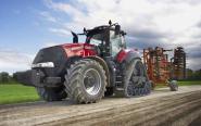 """Ciągnik Case IH Magnum 380 CVX przez europejskich specjalistów został nagrodzony tytułami Tractor of The Year 2015 na targach EIMA w Bolonii oraz Machine Of The Year 2015  na paryskich targach SIMA za szczególne osiągnięcia technologiczne w projektowaniu maszyn rolniczych. – Ten podwójny sukces napełnia nas wielką dumą, bowiem rzadko zdarza się, aby ta sama maszyna w ciągu tak krótkiego czasu zdobyła właśnie te dwie nagrody – cieszył się Andreas Klauser, Case IH Brand President podczas gali wręczenia nagrody na targach SIMA. Producenci udowadniają, że Magnum 380 CVX ma wszystko, co trzeba, aby stanowić skuteczne rozwiązanie dla rolników. Ciągnik oferuje tak przydatne funkcje jak przekładnia bezstopniowa CVX, łatwa w użyciu dźwignia Multicontroller, nowe pakiety oświetlenia LED oraz innowacyjny system """"Rowtrac"""", który zapewnia doskonałe przenoszenie mocy na podłoże, dzięki zastosowaniu gąsienic, ale przy równie minimalnych uszkodzeniach gleby jak w przypadku ciągników kołowych. Z serii Magnum podczas AGROTECHu zaprezentują się także unowocześnione modele 250, 280, 310, 340 i 380 z silnikiem o mocy od 250 do 380 KM."""