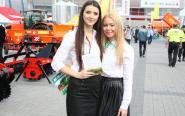 Piękne dziewczyny promują sprzęt podczas Agrotechu