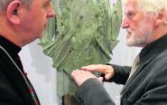 Jan Piotrowski, biskup kielecki, zwiedził wystawę rzeźby Wincentego Kućmy. Jeden z najwybitniejszych współcześnie żyjących rzeźbiarzy, medalistów, projektantów przestrzeni sakralnych pokazał u nas szkice lub koncepcje dzieł, które zdobią różne miejsca w kraju i na świecie. Profesor jest tegorocznym laureatem medalu Papieskiej Rady Per Artem ad Deum.