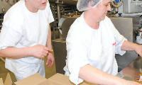 Masmal Grudziądz. Beata Wyszyńska i Maria Klucznik pakują gotowe masło do kartonów