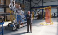 Stanisław Galara, założyciel Galmetu w nowej hali do produkcji kolektorów słonecznych jeszcze przed instalacją linii produkcyjnej.