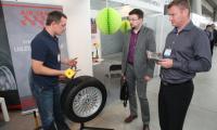 Michał Kąca z Air Seal Polska prezentuje zupełną nowość na polskim rynku – wypełniacz do opon, który w kilka sekund radzi sobie nawet z ogromną dziurą w oponie pojazdu, trwale uszczelniając ją.