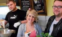 Adam Cygański (od lewej) oraz  Laura i Adam Gielewscy  serwują w Bydgoszczy pyszne belgijskie frytki i inne smakołyki.