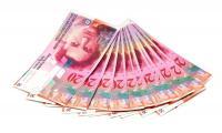 Cios w spłacających kredyty hipoteczne. Już za miesiąc frank szwajcarski może podrożeć z obecnych 3,5 do 4,2 zł, czyli zrównać się z euro. Dlaczego?