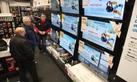 -Paweł, pracownik salonu Neonet w Kielcach, prezentował klientom hity przygotowane na otwarcie. Wśród nich był 40-calowy telewizor w cenie 999 złotych. Przed świętami mają wzięcie.