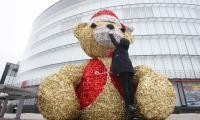 Gigantyczny miś przed Galerią Echo w Kielcach zaprasza na świąteczne zakupy
