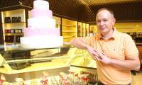 Mariusz Wawrzyniak, właściciel  Cukierni Sowa w kieleckiej Galerii Echo na dzień przed jej otwarciem prezentował firmowe smakołyki.