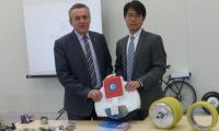 Prezydent Roman Wojcieszek i Jiawei Zhou z firmy Strong Magnets, która w Skarżysku będzie produkować magnesy.