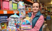 Małgorzata Wójcik z hurtowni Danda prezentuje tegoroczne zabawkowe przeboje na Dzień Dziecka.