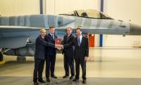 Protokół wykonania umowy offsetowej przekazano w hali przy F-16. Na zdjęciu od lewej: Leszek Walczak, Arkadiusz Bąk, George Standridge i Stephen Mull