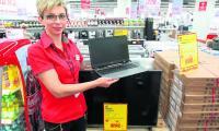 Justyna Borek z Media Markt w Galerii Korona w Kielcach prezentuje wyprzedażowe hity - laptop z programem antywirusowym za 999 złotych i 42-calowy telewizor za 1099 złotych.