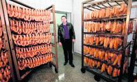 Asortyment spółdzielni w Pruszczu to aż kilkadziesiąt pozycji wędlin: kiełbasy, szynki, parówki, kabanosy. Firma zapewnia, że do ich produkcji używa mięsa