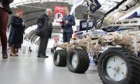 Zespół naukowców z Politechniki Świętokrzyskiej zainteresował zwiedzających niezwykłym robotem, dziełem swoich naukowców.